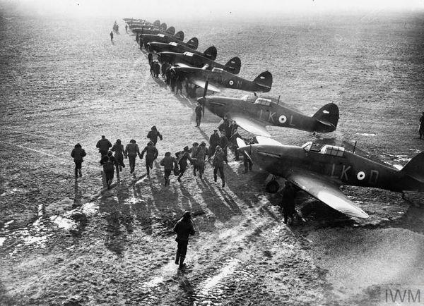 Les pilotes de l'escadron 85 de la RAF à l'entraînement à la base de Lille-Seclin.