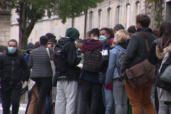 Mardi 3 novembre, des lycéens ont bloqué l'entrée du lycée Pasteur. En cette rentrée de Toussaint, ils estiment que le protocole sanitaire dans les lycées ne les protège pas suffisamment.