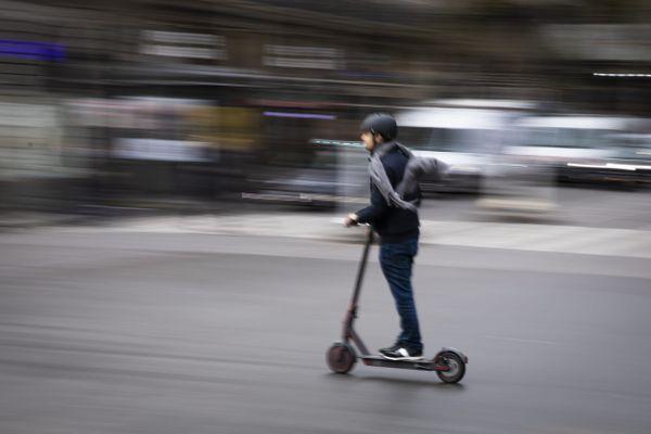 Un homme faisant de la trottinette électrique à Paris, le 29 octobre 2019 (image d'illustration).