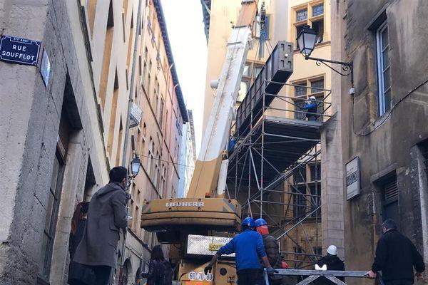 Une pirogue-vivier datant du 16e siècle était en cours d'installation ce matin, 16 novembre, rue Gadagne, au Musée d'Histoire de Lyon. Une opération complexe et délicate.