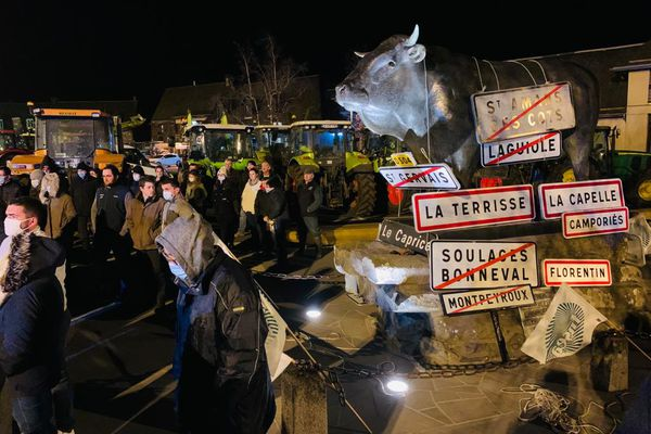 Des agriculteurs de tout le secteur de Laguiole (Aveyron) se sont réunis place du Foiral, mardi 9 mars.