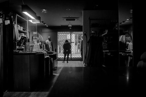 La vendeuse du magasin Mistral Agnès Plistat à Reims, rideau fermé. Elle y travaille depuis 25 ans.