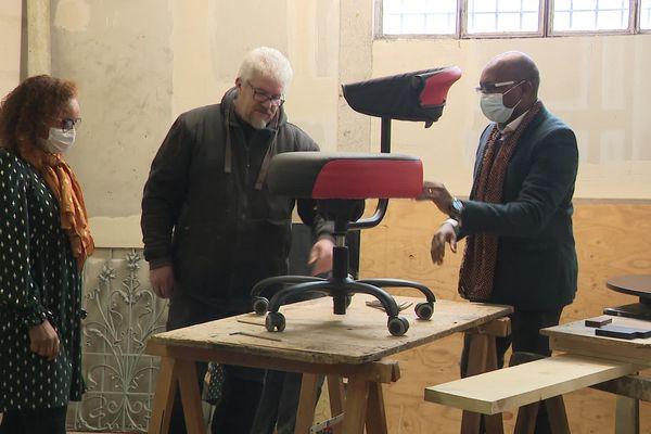 Rachida et Ebénézer Dzogang présentent l'un de leurs trois modèles de fauteuils ergonomiques