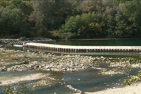 Faut-il détruire ou pas une partie du barrage sur le gardon entre Collias et Pont du Gard, une loi difficile à appliquer pour une petite commune.