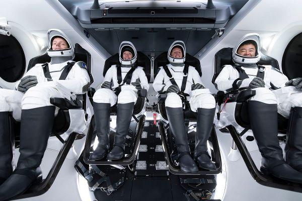 Dans la deuxième partie de sa mission, pendant un mois, Thomas Pesquet (à gauche) sera commandant à bord de l'ISS.