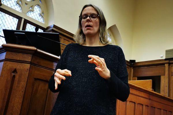Fanny Petit-Maillot est l'une des quatre interprètes professionnelles en langue des signes qui interviennent pour le procès du meurtre de Caroline Pirson devant la cour d'assises de Laon dans l'Aisne.