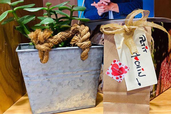 Installée à Montbrison (Loire) et via la plateforme « Sauvons nos commerces » Carma a préparé dans son magasin, un paquet cadeau prêt à être remis à un client, dès que le confinement le permettra.