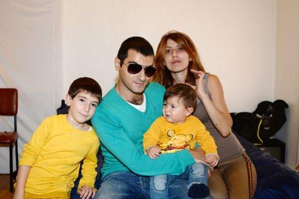 La famille d'immigrés arméniens actuellement  à Bordeaux :  le père Tigran, sa femme Lilit, et leurs deux enfants  Valentin et Vahan