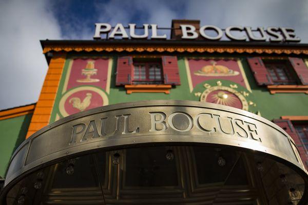 Deux ans presque jour pour jour après la disparition de Paul Bocuse, son restaurant mythique des bords de Saône se voit retirer sa troisième étoile au Guide Michelin. Le groupe Bocuse, comme le guide rouge, n'étaient pas joignables pour confirmer l'information.