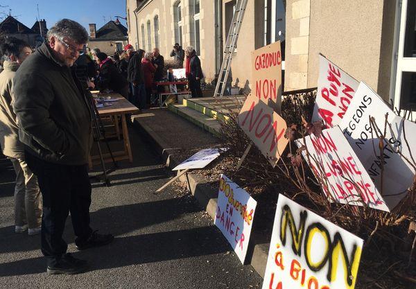 Les slogans ne manquent pas contre le projet d'usine de méthanisation à La Puye (Vienne).