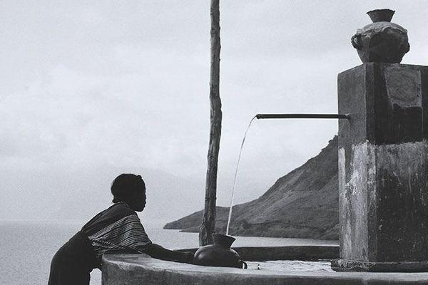 Jeune fille au puits, Lac Atiltin, Guatemala, 1953. Hélène Honnepot