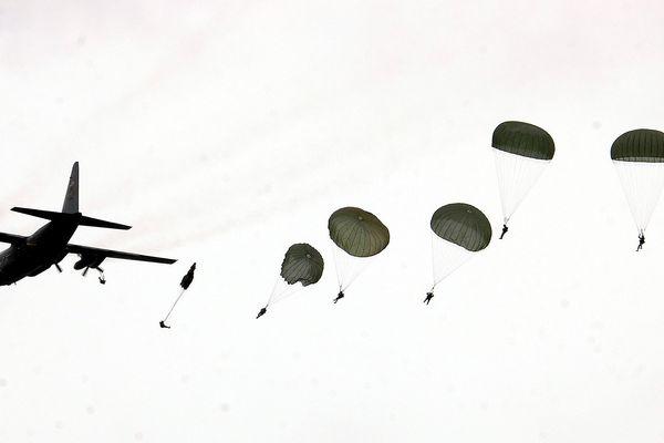 À l'occasion des célébrations du 75e anniversaire du Débarquement et de la bataille en Normandie, 150 parachutistes américains de la base militaire de Stuttgart (Allemagne) s'élanceront au-dessus de la baie du Mont Saint-Michel dans la Manche, samedi 18 mai 2019.