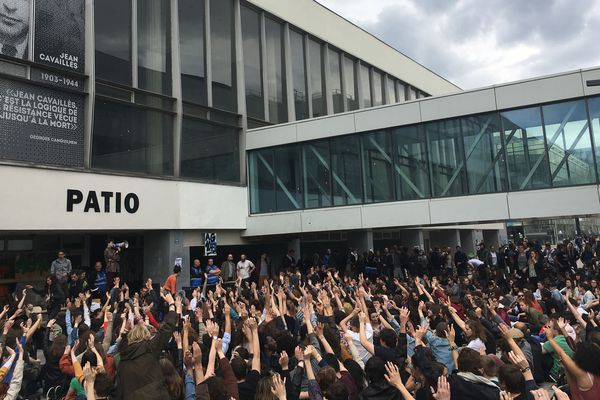 Adoption du blocage de tous les bâtiments de l'université, le 16 avril.