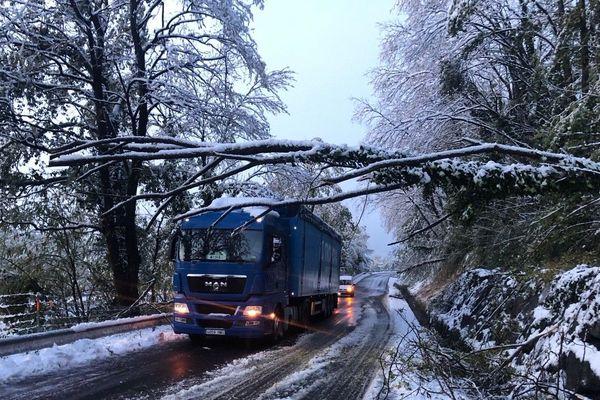 Un poids-lourd bloqué sur la départementale 109 à Chantemerle les Blés (Drôme)