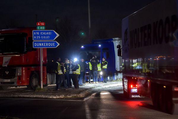 Des routiers ont manifesté lundi soir aux abords de l'A16 à Ghyvelde (Nord).
