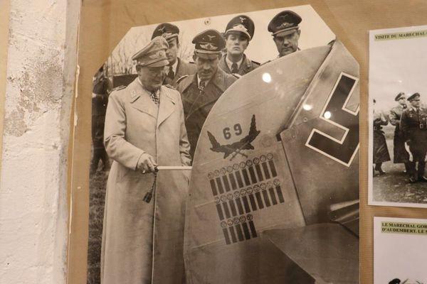 Hermann Göring, en compagnie d'Adolf Galland, comptant les victoires d'un pilote de la Jagdgeschwader 26, inscrites sur l'empennage d'un Messerschmit Bf109.