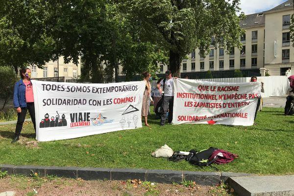 Des manifestants se sont rassemblés devant la préfecture de Nantes pour militer en faveur des droits des Zapatistes.