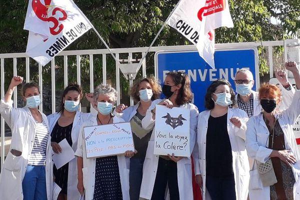 Elise Allirol a distribué des tracts avec ses collègues psychologues devant le CHU de Nîmes ce matin 10 juin afin de dénoncer les récentes mesures du gouvernement.