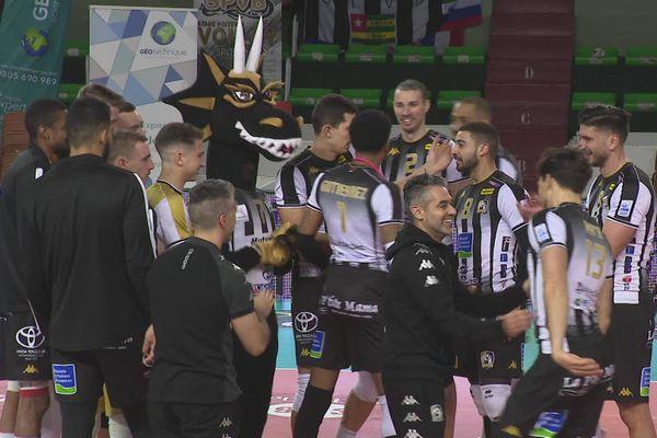 La joie des volleyeurs poitevins après leur victoire contre Nantes-Rezé.