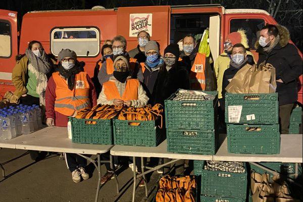 Habituellement 8 par soirée, ils étaient 19 bénévoles au camion du cœur pour le réveillon de Noël.