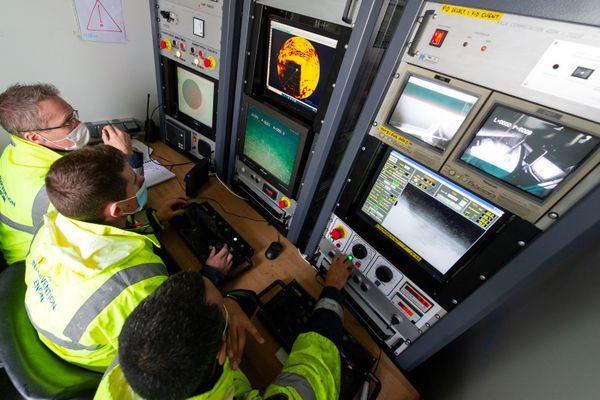 Une équipe de la cellule plongée humaine et intervention sous la mer (CEPHISMER) de la Marine nationale contrôle l'état de l'épave du Tanio avec un véhicule sous-marin téléguidé, le ROV Ulisse.