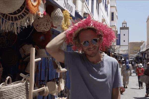 Arnaud Lauqué dans les ruelles pittoresques de la médina d'Essaouira.