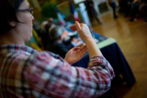 130 livrets d'apprentissage de la langue des signes ont été vendus aux commerçants d'Abbeville