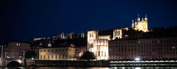 On donnait à Lyon, le nom de chasse-ribauds, à une espèce de couvre-feu ou de retraite que la trompette sonnait tous les soirs, du haut des tours de Notre-Dame de Fourvière.