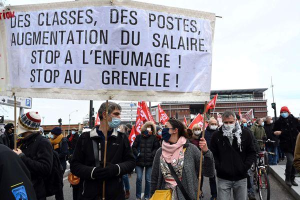 Des manifestations regroupant enseignants, infirmières scolaires et étudiants étaient organisées dans toutes les grandes villes de France ce mardi 26 janvier 2021.