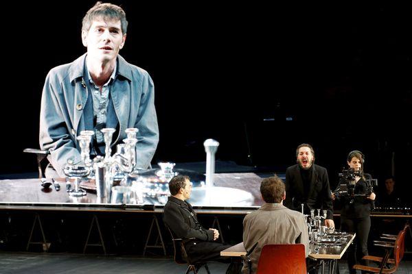 """Une représentation théâtrale des """"Damnés"""" de Luchino Visconti, lors du festival d'Avignon 2016."""