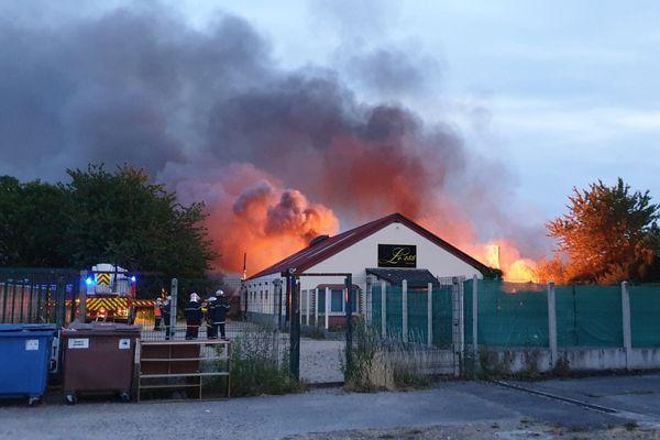 L'incendie s'est déclaré peu avant 22h derrière le club libertin.