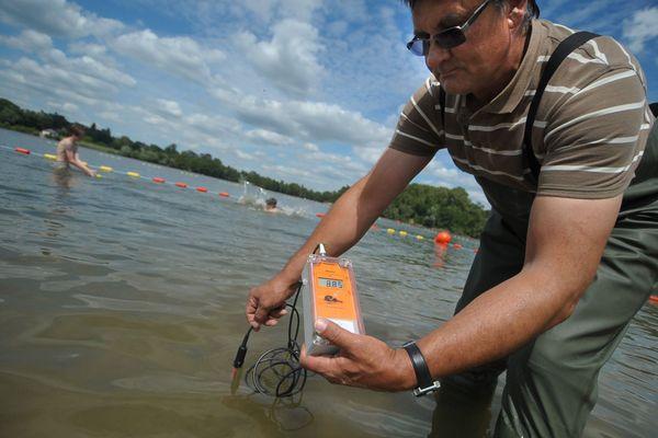 La zone de baignade de l'Île Charlemagne à Saint-Jean-le-Blanc. Le contrôle de la température fait partie des examens pour classifier la qualité de l'eau.