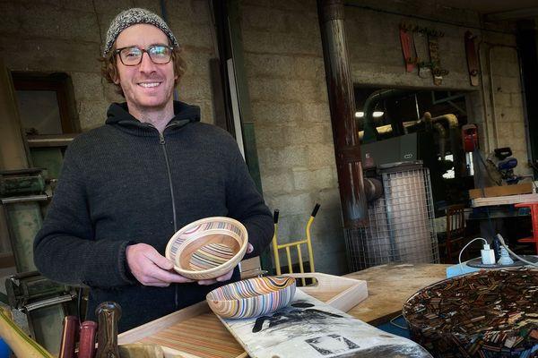 Guillaume Corcaud transforme des anciennes planches à roulettes qu'il récupère