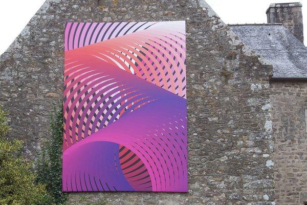 """""""La toile exposée sur une de ses façades représente ces lignes et ces cercles, propre à l'artiste."""""""