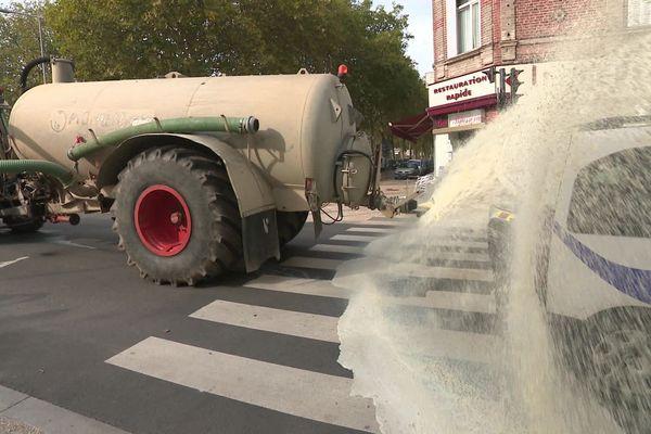 Les agriculteurs ont déversé du lait sur le barrage de policiers à défaut de pouvoir atteindre la préfecture samedi 12 octobre 2019