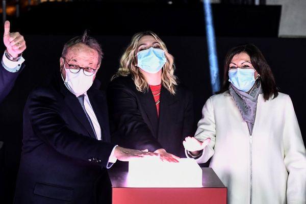 Le président du Comité des Champs-Elysées Jean-Noel Reinhardt, la chanteuse Louane et la maire de Paris, Anne Hidalgo