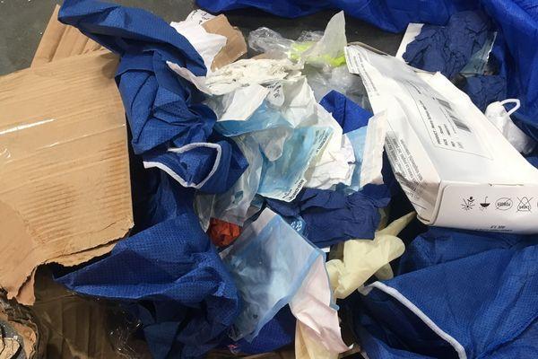 Attention! Ne jetez pas vos masques et vos gants dans la poubelle jaune! Mettez-les dans la poubelle grise.