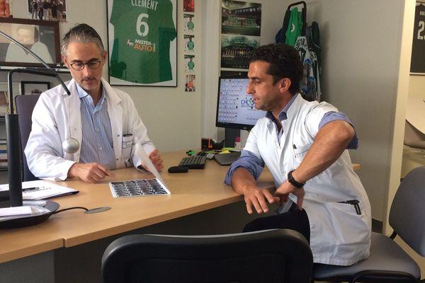 A gauche, le chirurgien Rémi Philippot, accompagné de son confrère qui a opéré Chris Froome du coude.