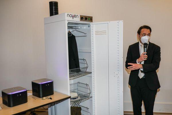 Les armoires et les boitiers de désinfection présentées à la municipalité.