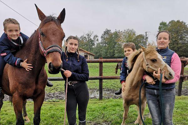 Ethan et son poney Turbo aux cotés d'Elsa et de son petit-frère Adam monté sur Waterboy Amor, et d'Alexa Chantris, la maman des garçons.
