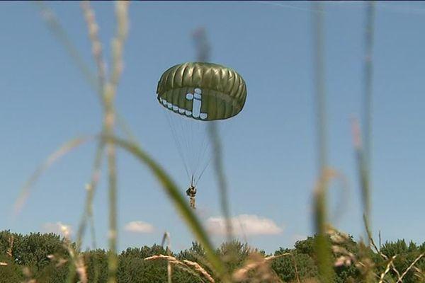 Dix-huit membres de l'association Pathfinder International Parachute Group ont sauté au-dessus de Chilleurs-aux-Bois.