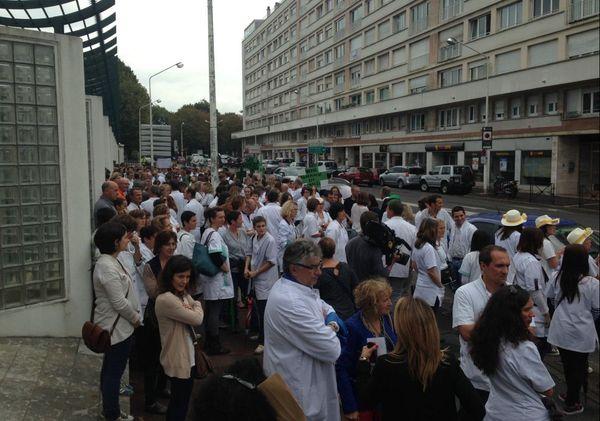 Une centaine de pharmaciens manifestaient cet après-midi devant la préfecture de Bayonne. Ils ont remis une pétition au préfet.