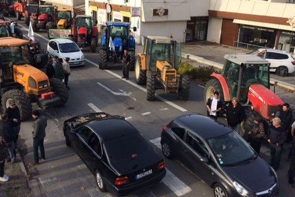 Les agriculteurs manifestent à Castelnaudary (11), à l'occasion de la venue de François Hollande en Occitanie.