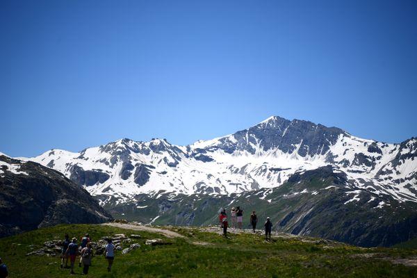 Des randonneurs autour du lac de l'Ouillette, près de la station de Val-d'Isère en Savoie.