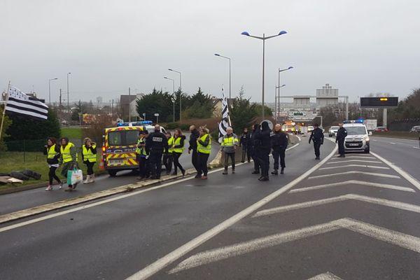 Les policiers libèrent les accès à la zone commerciale de Langueux, bloqués par les Gilets jaunes
