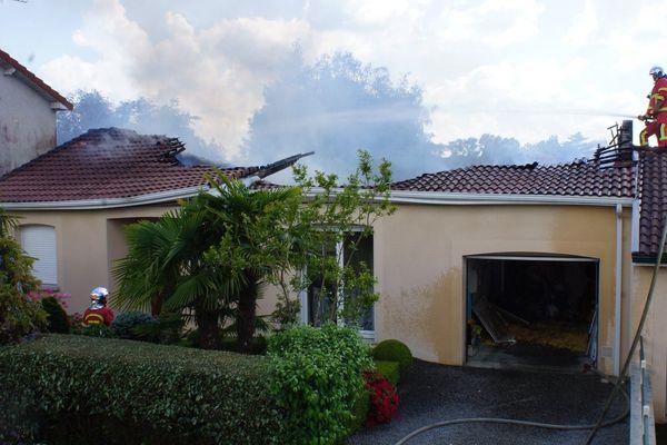 La toiture d'une maison équipée de panneaux photovoltaïques s'est embrasée le 26 avril 2020 à Saint-Junien