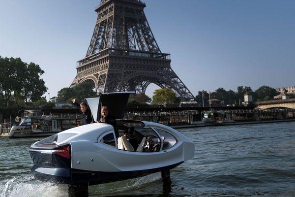 Un bateau SeaBubbles sur la Seine, lors d'une démonstration en mai 2018.