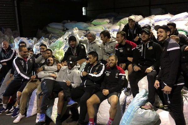 Rouen le 5 décembre 2018 : des joueurs du Rouen Normandie Rugby et des joueurs du Rouen Hockey Elite 76 réunis pour être solidaires de l'action de Bouchons 276