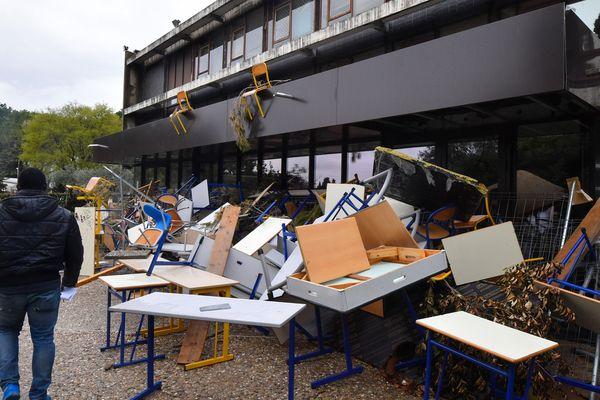 Des barricades bloquent l'entrée de l'Université Paul Valéry à Montpellier le 12 avril 2018.