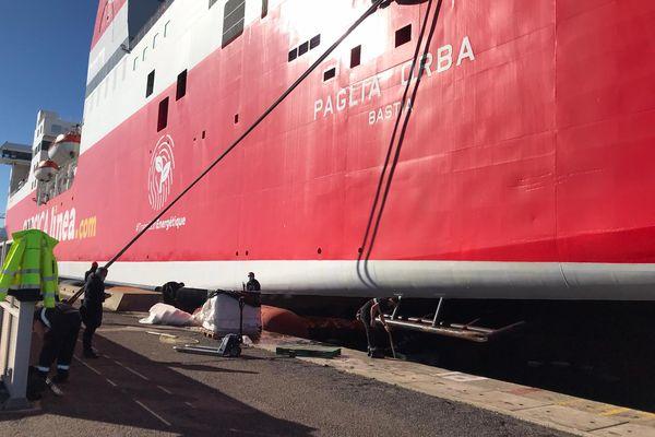 Les travaux de réparation de la coque du navire sont en cours, ce mardi 26 janvier.